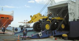 コマツ茨城工場 大型建設機械輸送イメージ画像